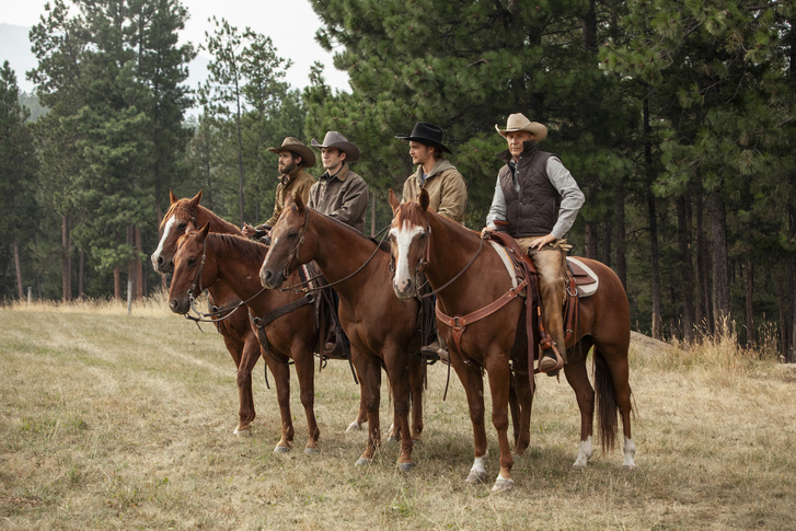 Duttonék: Lee Dutton (Dave Annable), Jamie Dutton (Wes Bentley), Kayce Dutton (Luke Grimes) és John Dutton (Kevin Costner).