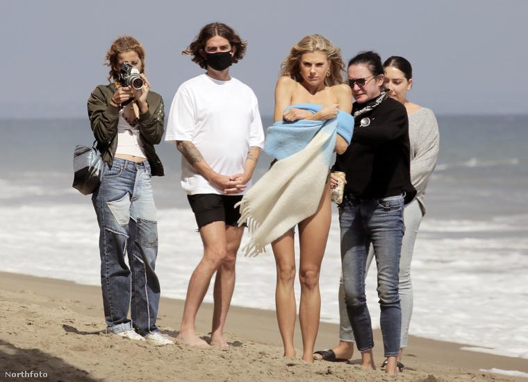 Itt a strandidőszak, legalábbis Charlotte McKinney szerint mindenképp