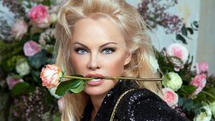 Pamela Anderson rózsával a szájában divatmodellkedik