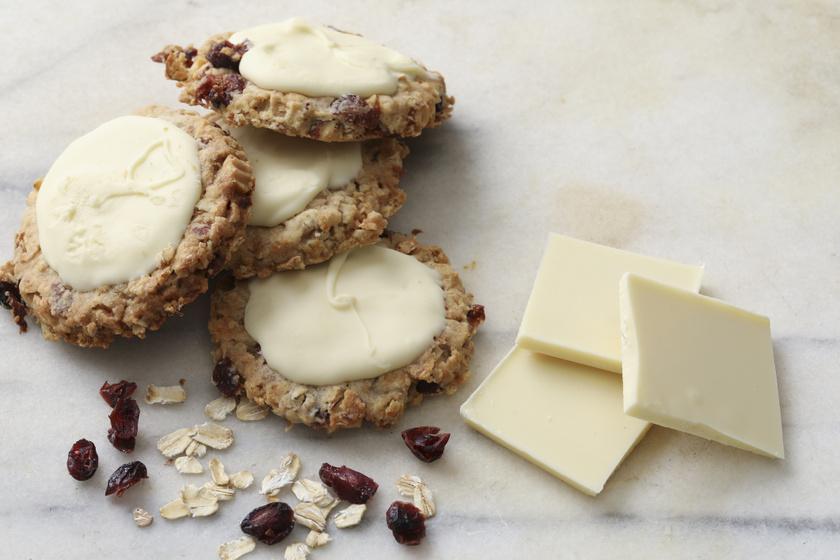 Fehér csokis, gyümölcsös zabpelyhes keksz: szuper finomság strandra, piknikre