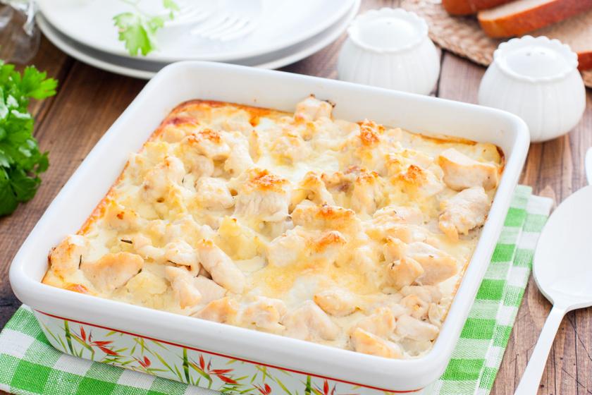 Karfiolos rakott csirkemell fűszeres, tejszínes szószban: az egyik legegyszerűbb tepsis fogás