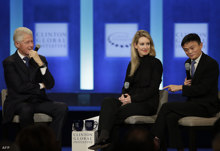 Bill Clinton egykori amerikai elnök, Elizabeth Holmes és Jack Ma, az Alibaba alapítója 2015-ben egy pódiumbeszélgetésen.