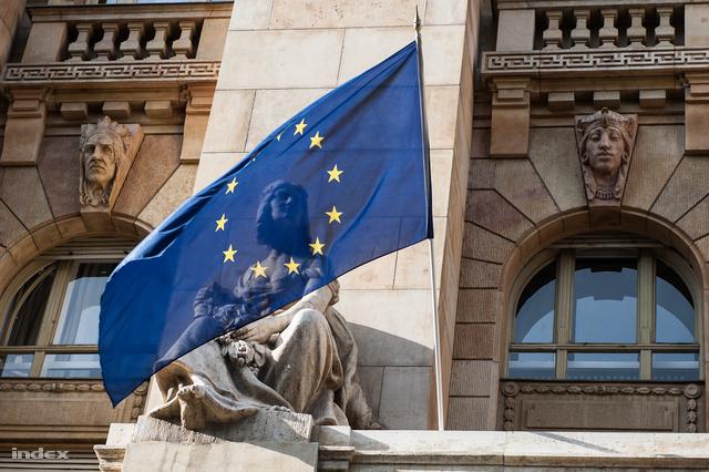 EU-zászló a jegybank homlokzatán
