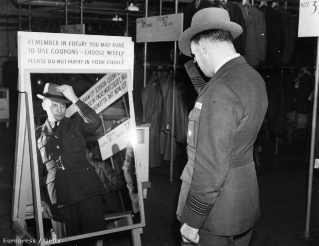 Edward Yeo-Thomas kalapot próbál egy civil program keretében, melynek célja a háborúban szolgált katonák visszavezetése volt a polgári életbe.