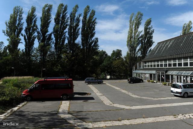A sportcsarnok parkolója
