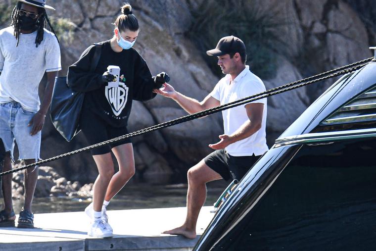 Biebernét eközben elegánsan felsegítették a fedélzetre.