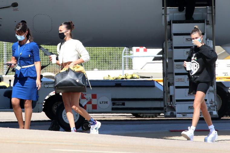 Merthogy a két celebnőnek volt egy szabad délutánja, aztán gondolták, leugranak egy kicsit Szardíniára, Olaszországba.