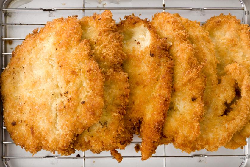 Rántott csirkemell kicsit másképp: olvasztott vajba mártjuk a húst, csak utána jön a bunda