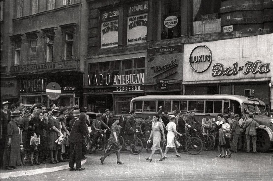 Petőfi Sándor utca torkolata a Ferenciek tere (Apponyi tér) felől nézve 1939-ben