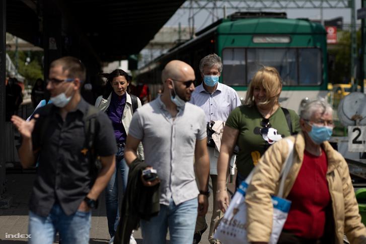 Gödöllői HÉV utasai a koronavírus-járvány miatti korlátozások feloldásának napján Budapesten az Örs vezér terén 2020. május 18-án
