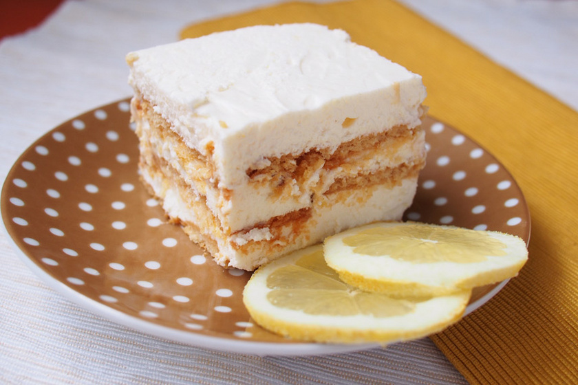 Rengeteg tejszínnel készül ez a selymes savanykás kekszes citromos sütemény, természetesen a sütőt sem kell bekapcsolni hozzá. A kekszes alapra mascarponés citromkrémet kenünk, és a hűtőben hagyjuk állni, hogy az ízek összeérjenek.