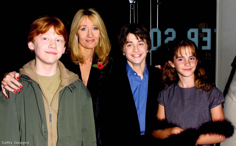 2001 decemberében már évek óta tartott a Harry Potter-mánia, de ekkor mutatták be a könyvsorozatból készült első filmet, aminek a sikere egyértelművé tette, hogy JK Rowling meséje visszavonhatatlanul a Föld bolygó valamennyi lakosa által közösnek tekintett kultúra részévé vált.