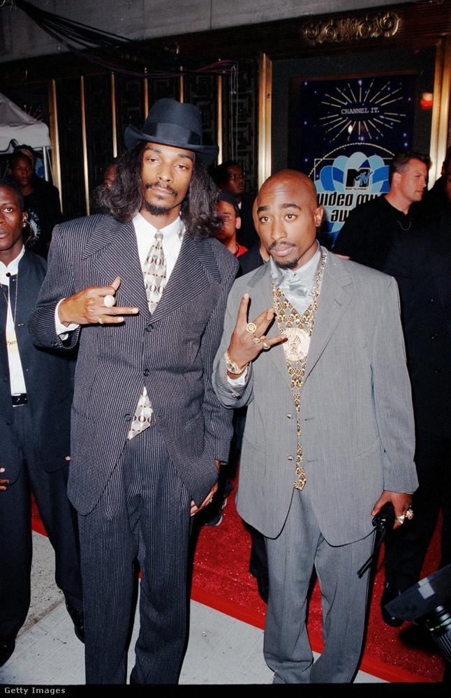 De térjünk vissza a '90-es évekre, amikor a gengszterrapperek figurája szép lassan bekerült a szórakoztatóipar fősodrába, köszönhetően többek között a képen látható Snoop Doggnak és Tupac Shakurnak