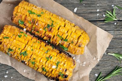 Ropogós kukorica rozmaringgal – Villámgyors köret grillhúsok mellé
