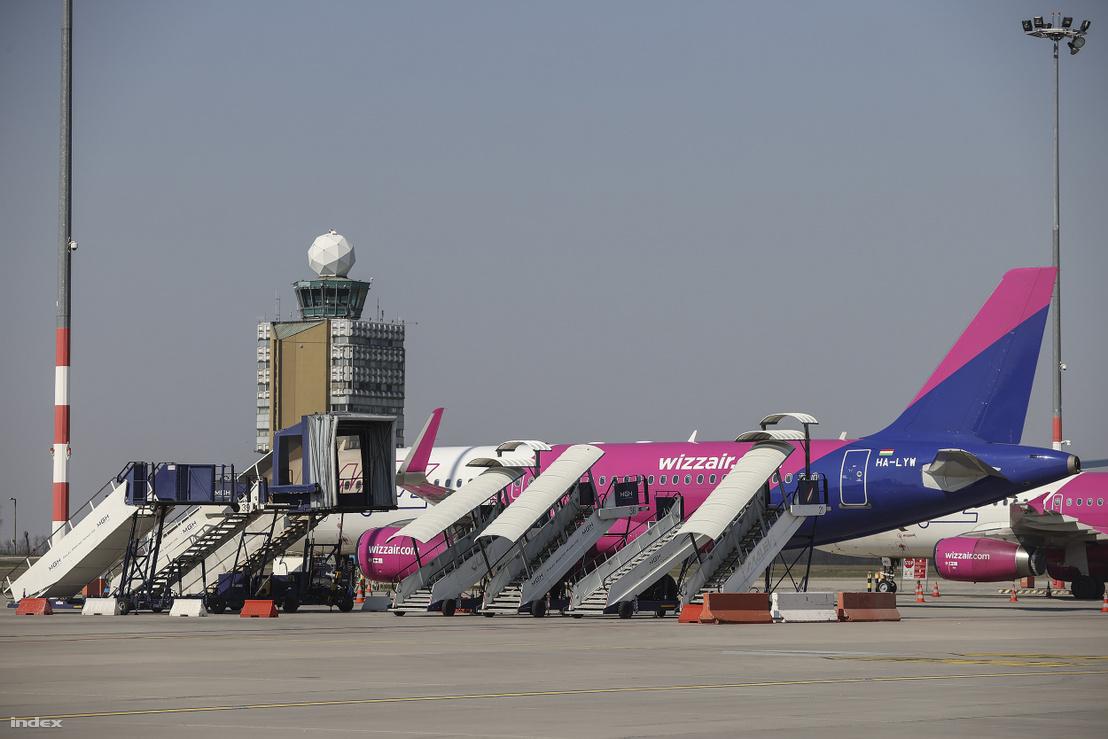 A Wizz Air repülőgépe a Liszt Ferenc Nemzetközi Repülőtéren áprilisban
