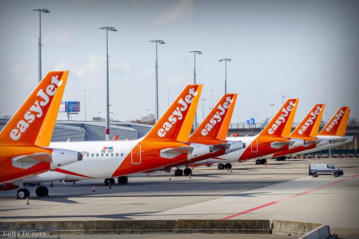 Az Easyjet repülőgépei parkolnak egy holland repülőtéren 2020. április 2-án.