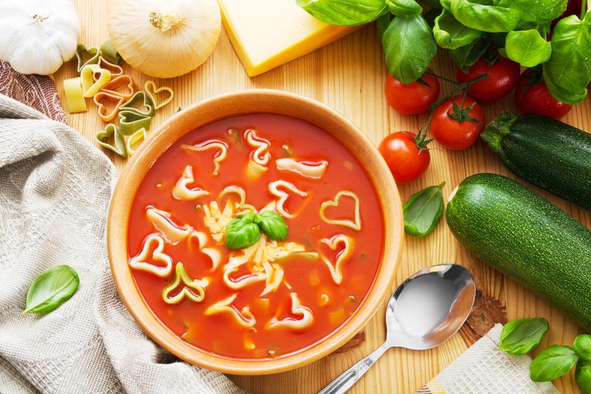 Cukkinis paradicsomleves friss zöldfűszerekkel: sült zöldségekből még zamatosabb