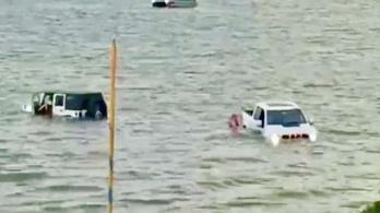 Fordjával és Jeepjével akarta menteni süllyedő hajóját, ezért belevezette őket a tóba