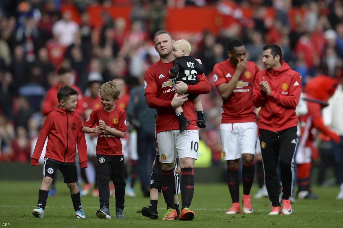 Wayne Rooney a Manchester United csatára fiával, Kittel az Old Traffort stadionban 2017-ben