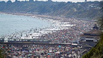A hőség miatt tömegek vonultak a strandokra Bournemouthban