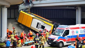 Lezuhant a felüljáróról egy csuklós busz Varsóban