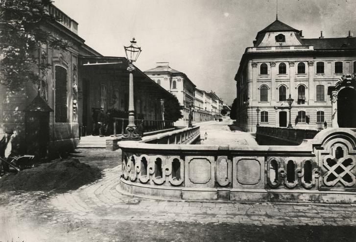 A rámpa indítása a Királyi Palota egykori hátsó udvarában, balra a régi Főőrség (1875 körül)