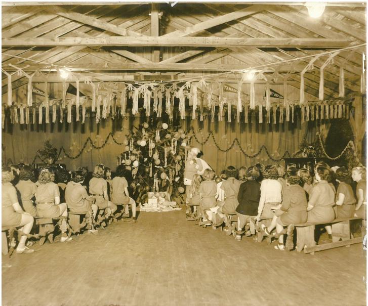 Az észak-karolinai leánycserkésztábor nyári karácsonyi ünnepsége.