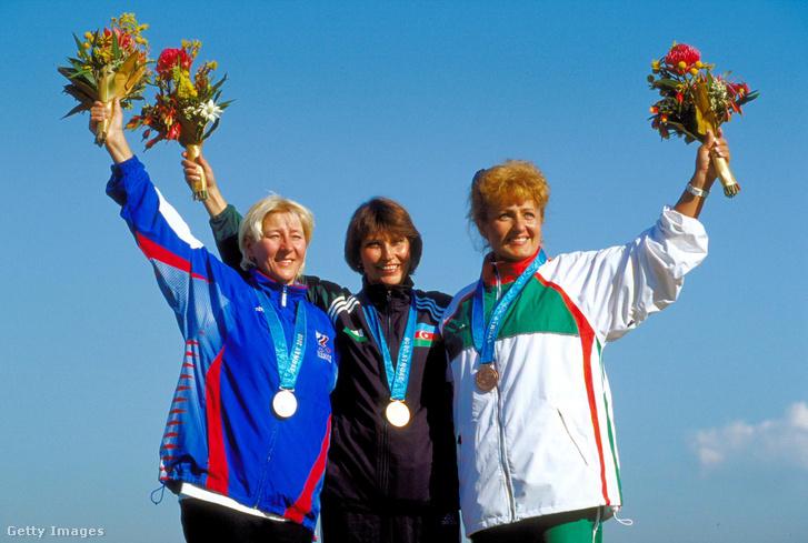 A második helyezett orosz Szvetlana Gyemina, az olimpiai bajnok azerbajdzsáni Zemfira Meftahegyinova és a bronzérmes Igaly Diána a női skeetlövőverseny eredményhirdetésén a 27. nyári olimpián.