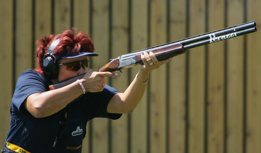 Igaly Diána lőállásba helyezkedik a skeet alapversenyében a Sportlövő Központban a 2004-es nyári olimpián.
