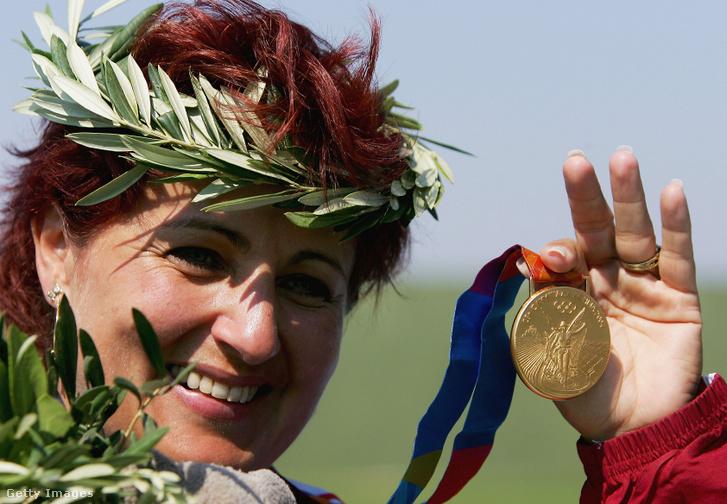 Igaly Diána aranyérmével a női skeetlövők versenyének eredményhirdetésén a 28. nyári olimpián.