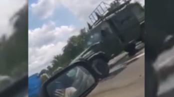 Defektet kapott, szalagkorlátnak ütközött és felborult egy katonai terepjáró az M35-ösön