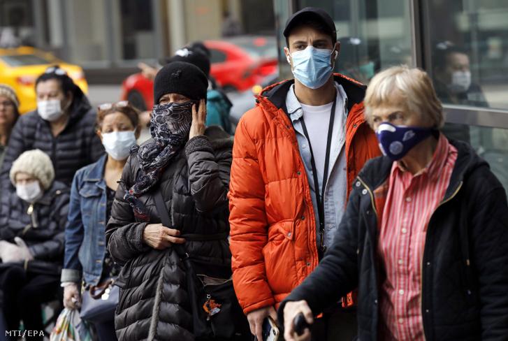 Védőmaszkban várakoznak vásárlók egy New York-i élelmiszerüzlet előtt