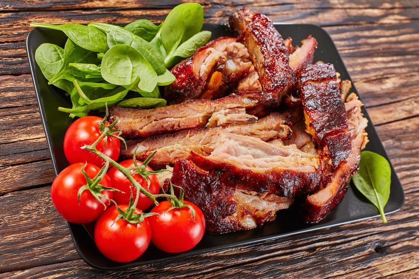 Kívül ropogós, belül omlós mustáros sült oldalas: a hús lejön a csontról