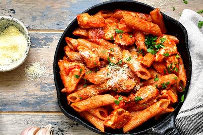 Egyserpenyős tészta csirkemellel és paradicsomszósszal – Pillanatok alatt elkészül