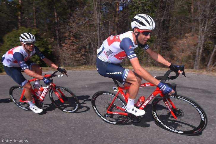 Jasper Stuyven (b) és Vincenzo Nibali (j) a Párizs-Nizza verseny 7. szakaszán 2020. március 14-én.