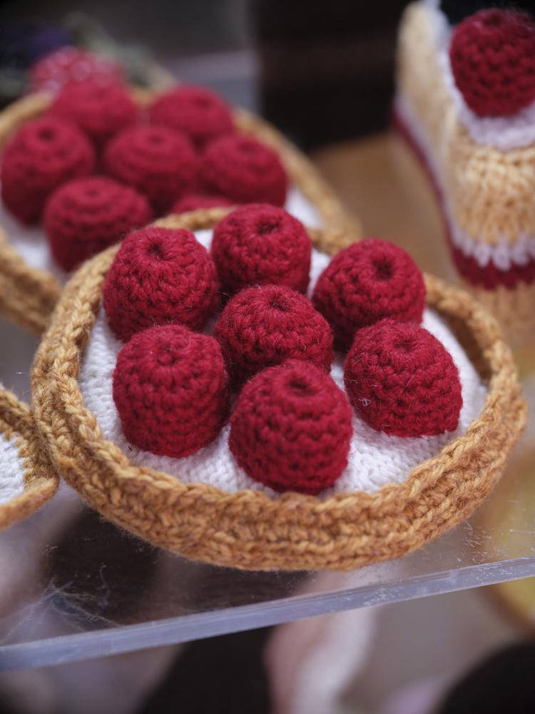 A kínálatban voltaképpen minden megtalálható, ami egy valamire való pékség vagy cukrászda polcairól sem hiányzik.