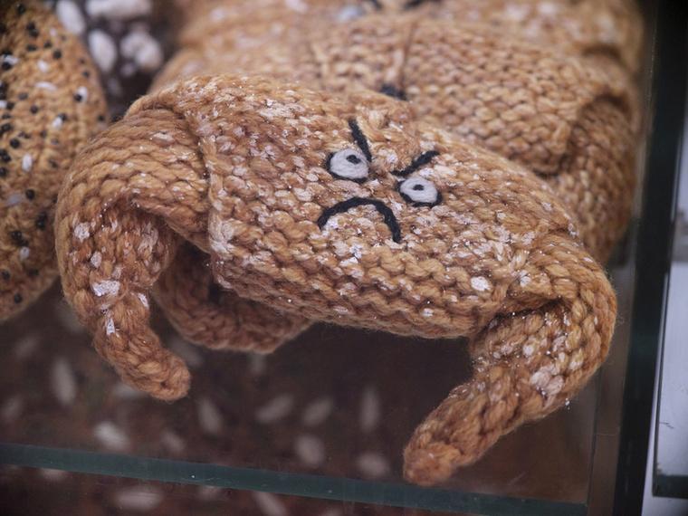 A süteményeket persze időnként fel is dobja valamivel, ez a búrkifli például morcos arcocskát kapott.