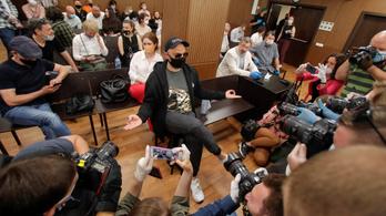 Bűnösnek találták az ellenzéki orosz filmrendezőt, hat év börtönre ítélhetik