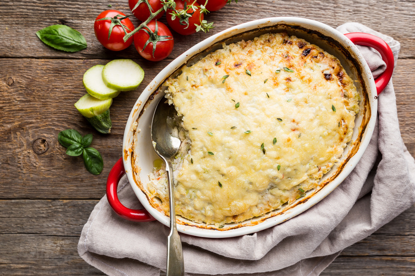 Csirkés rakott cukkini dupla adag nyúlós sajttal: laktató, mégsem nehéz