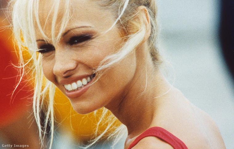 Pamela Anderson 1998-ban, ő perelt és nyert, amiért a szexvideóját pornófilmként terjesztették.