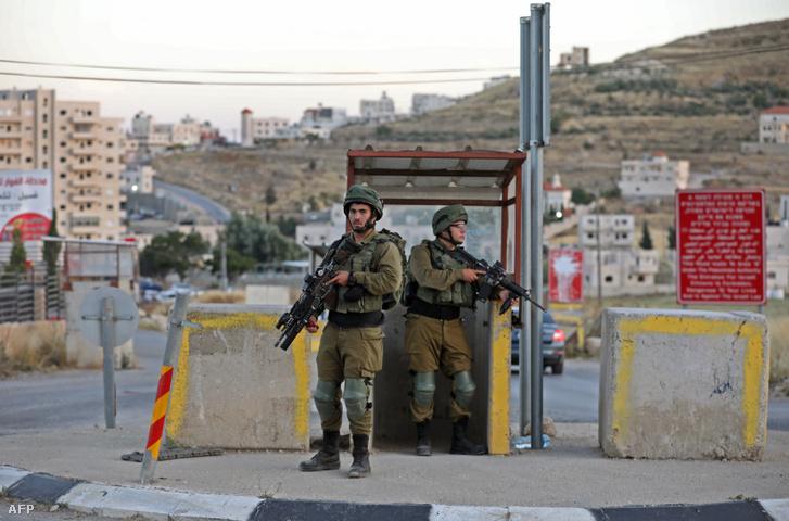Izraeli katonák egy ellenőrzőponton Hebron déli részén az al-Fawar kereszteződésnél 2020. június 3-án