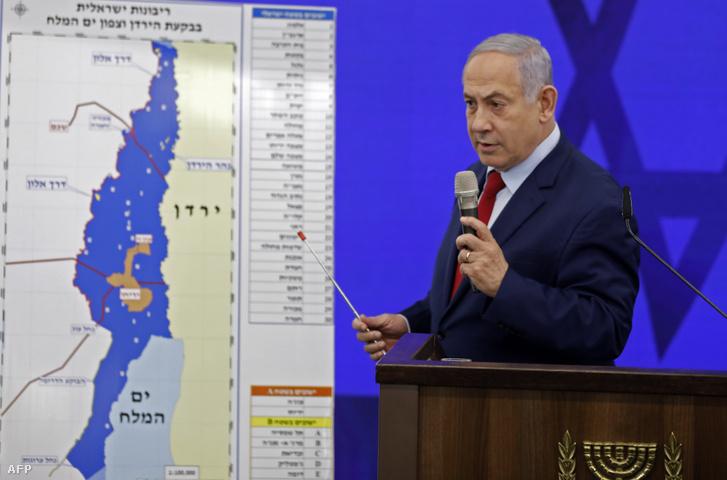 Benjámin Netanjahu izraeli miniszterelnök a Jordán völgyének térképével a Tel-Aviv közelében lévő Ramat Gan városában, a 2019-es választási kampányában, amikor kifejezte szándékát Ciszjordánia bizonyos területeinek Izraelhez csatolásáról