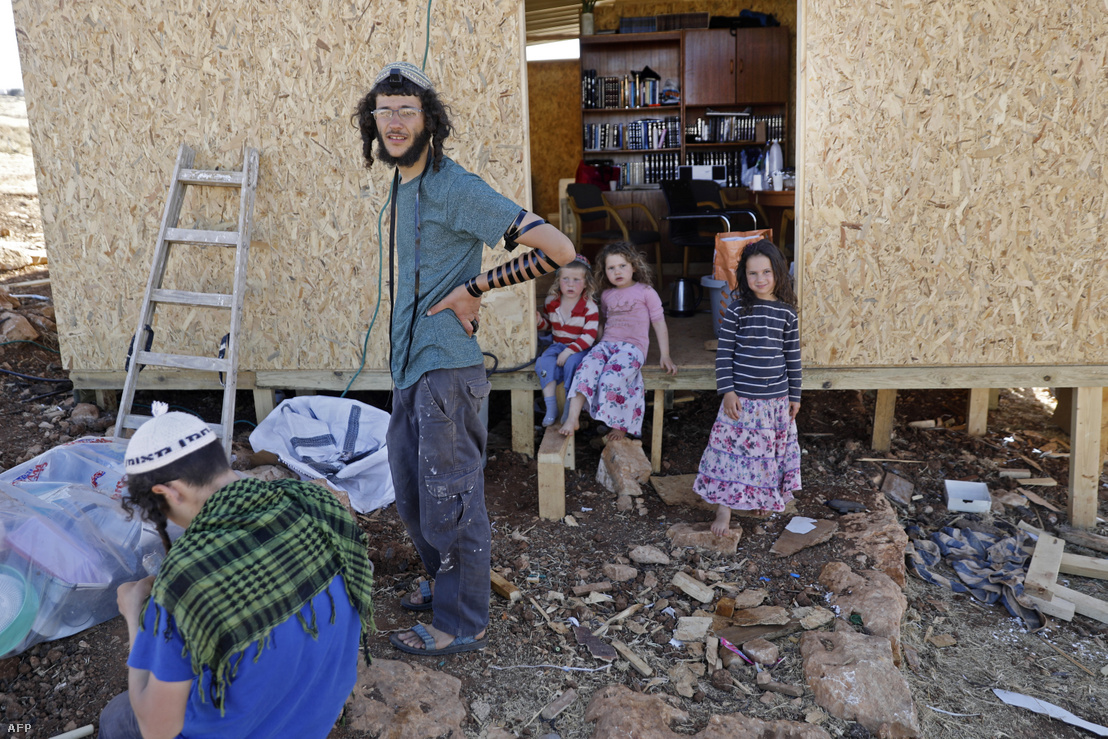 Izraeli telepesek az izraeli Kokhav HaShahar közelében lévő, Maoz Ester nevű településen, Ciszjordániában, 2020. június 18-án