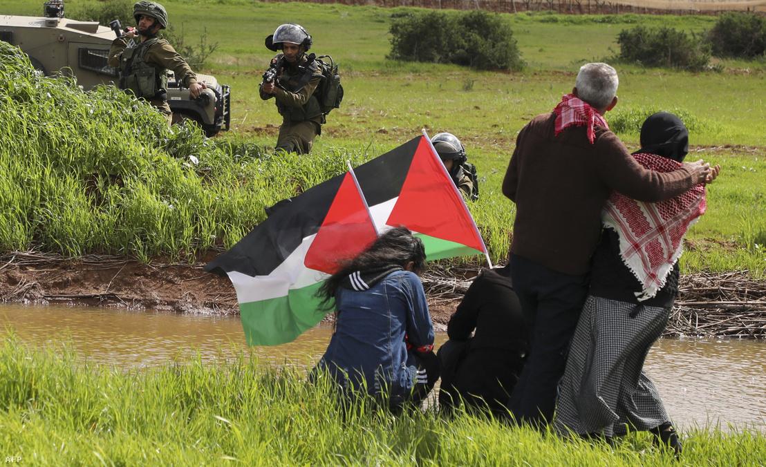 Izraeli katonák néznek farkasszemet palesztin tüntetőkkel a ciszjordániai falu, Tubas közelében 2020. február 29-én.