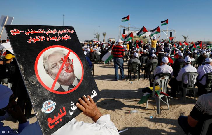 Trump-ellenes plakát a Palesztinai Felszabadítási Szervezet (Palestine Liberation Organization, PLO) gyűlésén, 2020. június 22-én Jerikóban