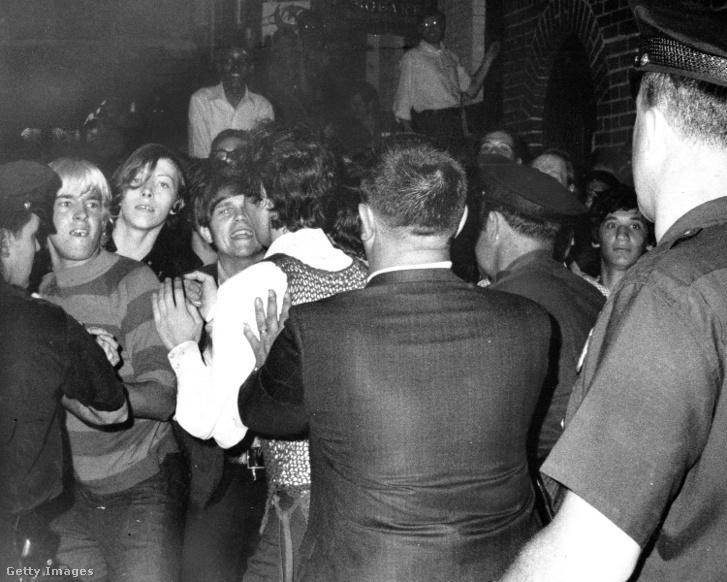 1969-ben a New York-i rendőrség durva razziát intézett a Stonewall nevű klub ellen