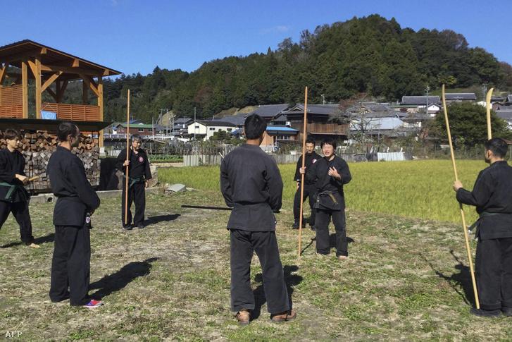 Micuhasi Genicsi (jobbról a második) edzés közben.