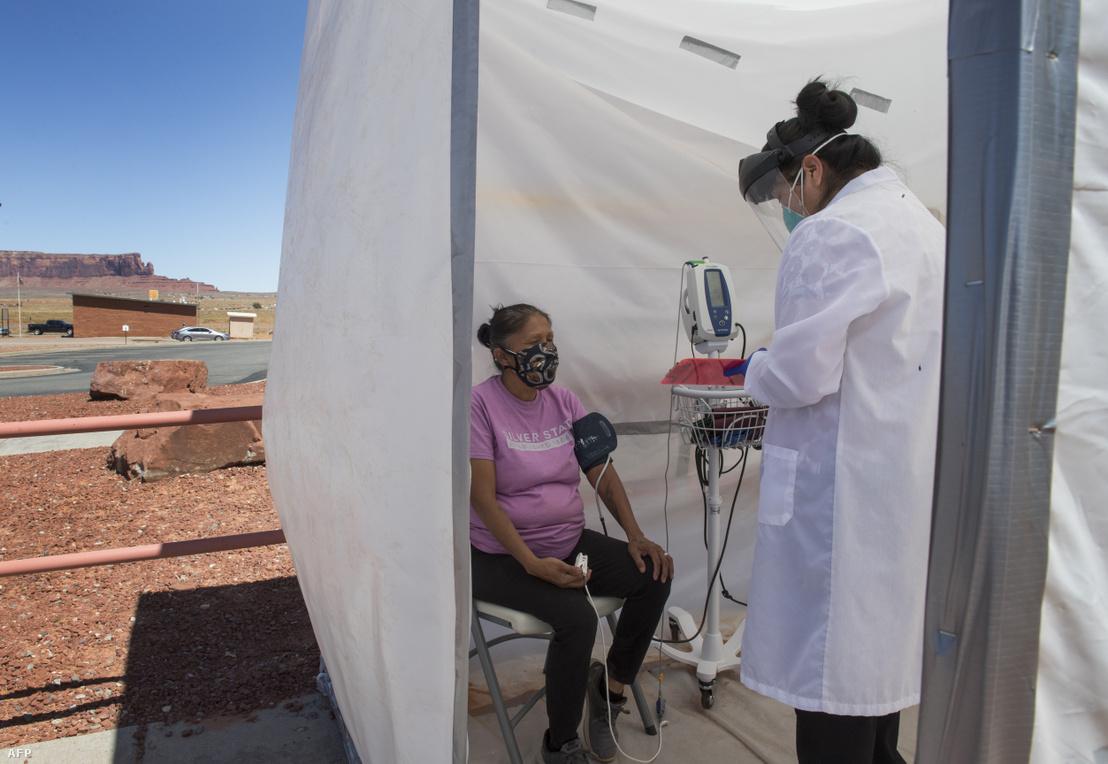 Nővér vizsgál egy koronavírusos tünetektől szenvedő navaho indián nőt Monument Valley területén, Arizona államban 2020. május 21-én