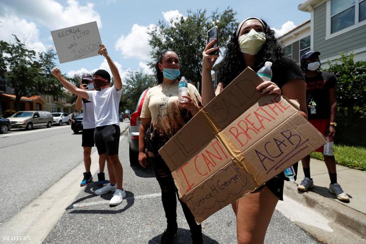 George Floyd halála miatt tüntetők a Florida állambeli Orlandoban 2020. május 29-én