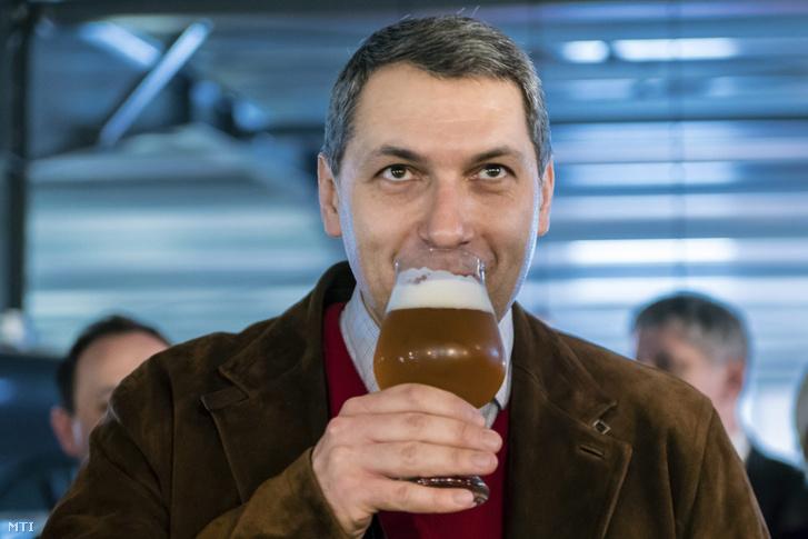 Lázár János sört kóstol az Igazi Csíki Sört gyártó csíkszentsimoni sörfőzdében 2017. március 24-én